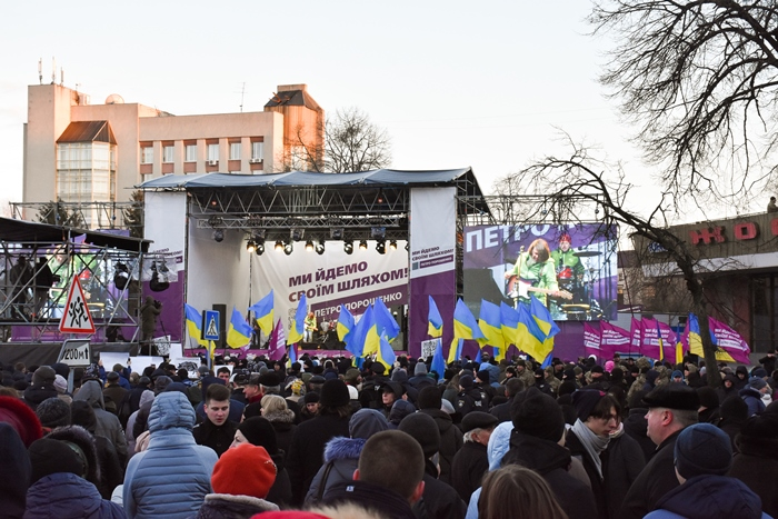 Тисячі людей прийшли на зустріч з Порошенком у Житомирі